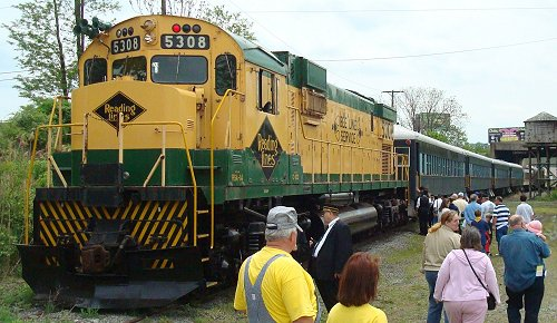 Passengers board the Bee Line Festival excursion train in South Hamburg.  Bill Hodson photo.